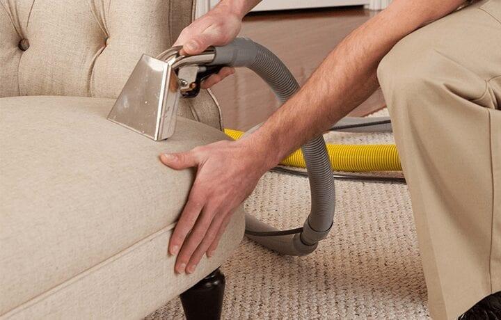أفضل الأدوات والعدد المستخدمة في تنظيف الكنب