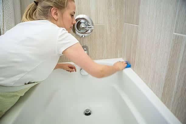 طرق ومعدات تنظيف الحمامات لدي شركة الأمين الإماراتية في رأس الخيمة
