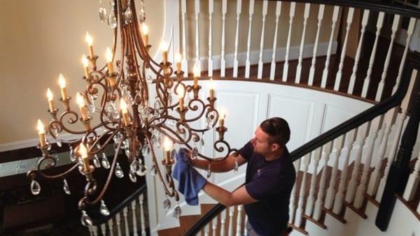أفضل تنظيف للكريستال الموجود بالنجف لاتقلق مع شركة تنظيف منازل في الشارقة أنته في أمان